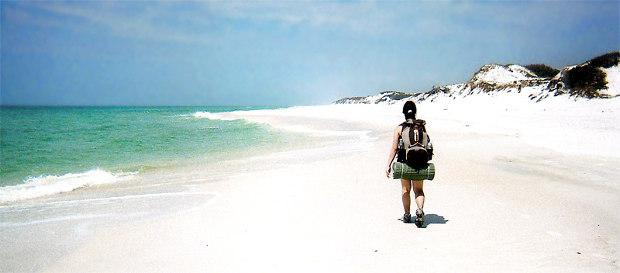 Mit Rucksack am Strand
